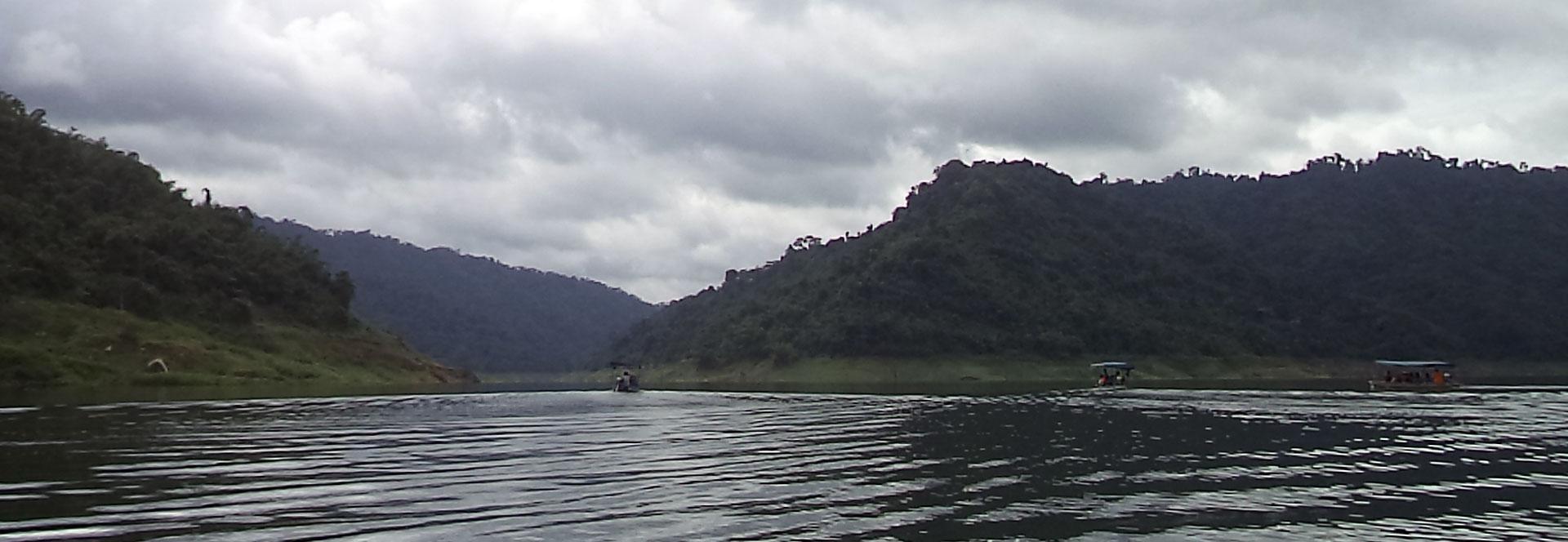 ล่องเรือชมธรรมชาติ